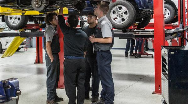 Industria auto română înfiinţează clase de învăţământ profesional