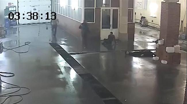 Şofer de BMW, bate doi angajaţi ai unei spălătorii pentru un motiv prostesc - VIDEO