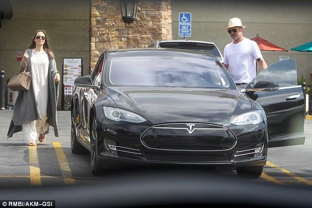 Brad Pitt, implicat într-un accident auto. În ce maşină se afla