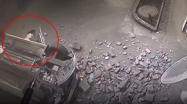 Imagini spectaculoase cu o maşină care cade de la etajul doi al unei parcări