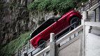 Noul Range Rover Sport hibrid nu are rău de înălţime. A ajuns la poarta Poarta Raiului după a urcat cele 999 de trepte - VIDEO