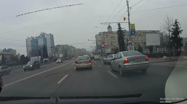 Omu` a crezut că poate să iasă pe stradă ca la el în comună, însă a tăiat faţa cui nu trebuia - VIDEO