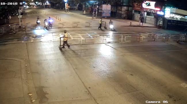 Cel mai hotărât scuterist: cu toată viteza înainte spre bariera lăsată - VIDEO