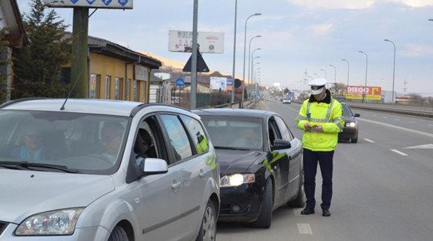 """Toţi şoferii care sunt opriţi în trafic rămân cu maşinile """"marcate"""" de poliţişti. Care este motivul"""