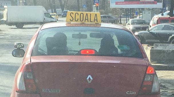 Numărul acestei maşini de şcoală te va face să te gândeşti la prostii - FOTO din Bucureşti