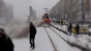 VIDEO RATB te îngroapă în zăpadă dacă nu eşti atent. Nu ai nicio şansă să scapi. Vatmanul e cercetat disciplinar pentru lipsa de atenţie