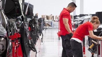 Musk vrea mai multe Tesla Model 3 la vânzare şi are soluţia