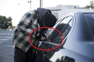 POLIŢIA le vrea retrase urgent! Cât costă dispozitivele cu care pot fi sparte maşinile