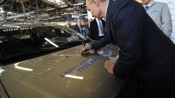 """Putin îl """"taxează"""" pe Trump. Rusia ar putea introduce taxe vamale asupra importurilor de maşini"""