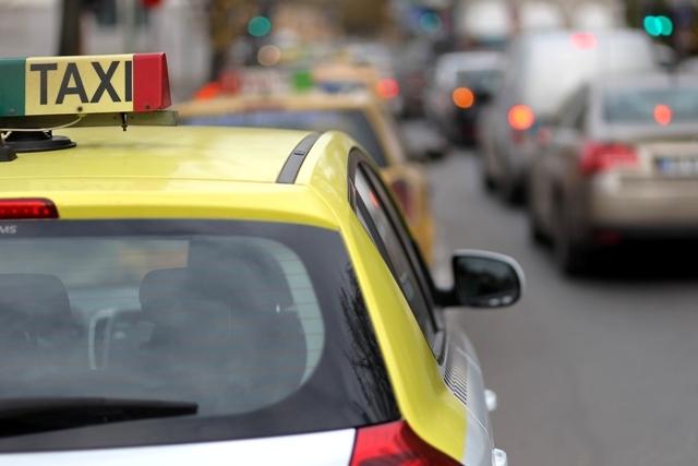 Companiile de taxi încep scumpirile de preţuri