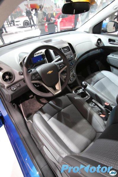 Interiorul lui Chevrolet Aveo are o calitate doar medie, dar un aspect foarte tineresc