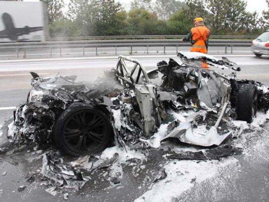Ghiciti ce bolid a devenit o epava distrusa de incendiu in urma unui accident?