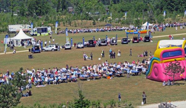 Un picnic Dacia pentru mii de persoane si un parc imens