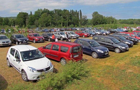 O parcare plina de cateva mii de modele Dacia la Grand Pique-nique Dacia 2011