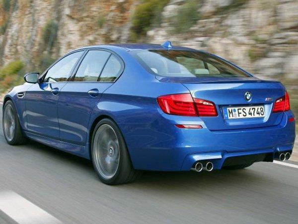 Modelul BMW M5 din aceste imagini este vopsit in albastrul specific BMW M