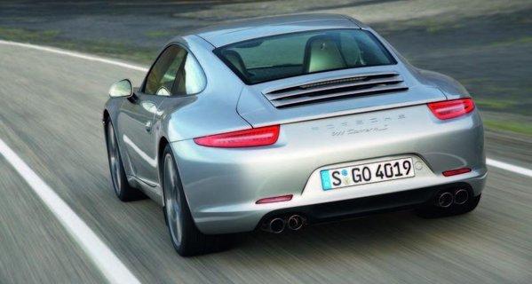 Spatele noului Porsche 911 adopta un stil mai simplist, dar si mai agresiv