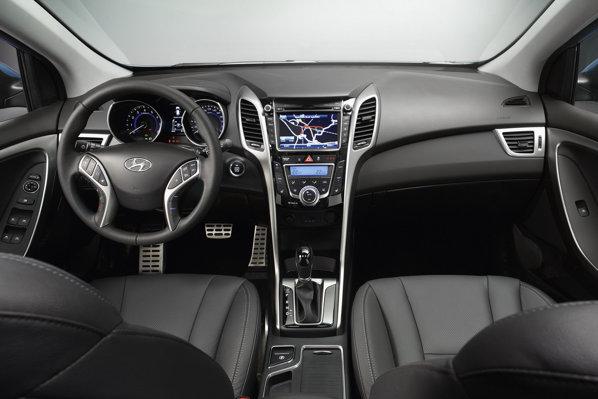 In interior, designul plansei de bord a lui Hyundai i30 este sensibil diferit fata de Elantra