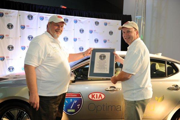 Înmânarea certificatului celro doi şoferi din Kia Optima