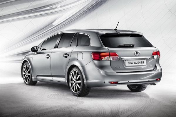 Spatele lui Toyota Avensis facelift este foarte usor modificat, stopurile fiind mai impozante