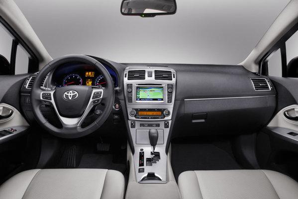 Interiorul lui Avensis facelift nu este modificat ca design, dar aspectul este mai elevat