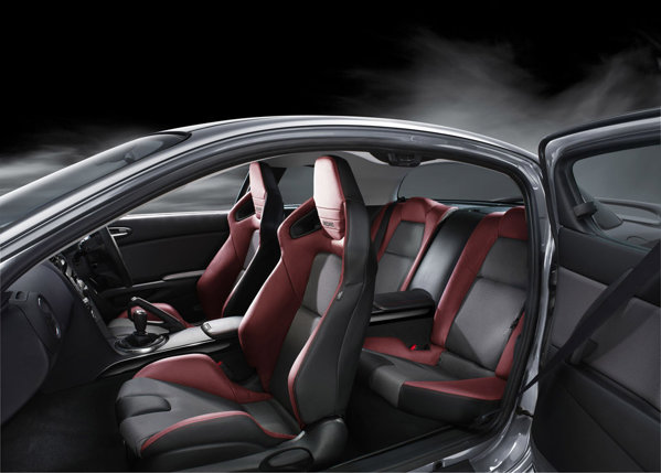 Pe langa jantele aurii si etrierii rosii, Mazda RX-8 Spirit R ne mai gratuleaza cu scaune Recaro