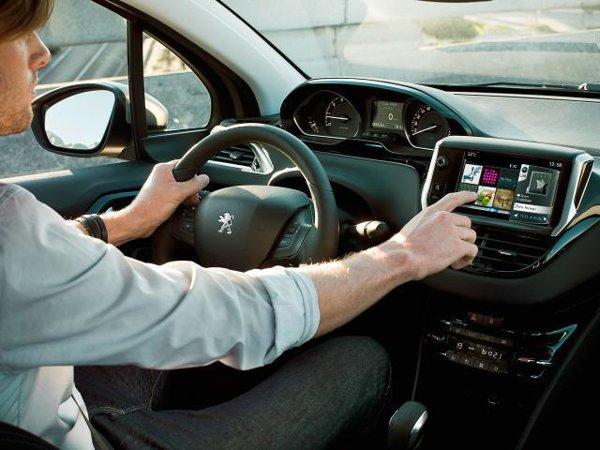 Noul Peugeot 208 ofera o amenajare foarte interesanta a elementelor din interior