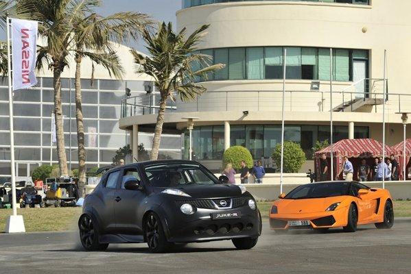 Nissan Juke-R bate pe pista chiar si supercaruri celebre