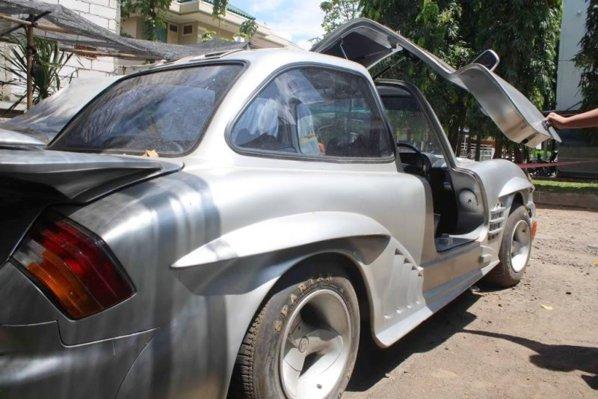 Replica de Mercedes 300 SL Gullwing bazata pe...