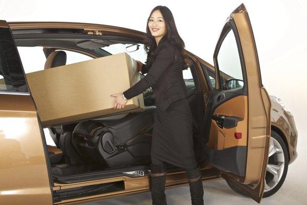 Designerul Ford, Erika Tsubaki, demonstreaza avantajele lui Ford B-Max