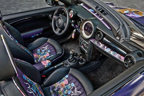 Mini Roadster pentru Life Ball 2012 beneficiaza de motive florale si nuanta speciala Deepest Blue