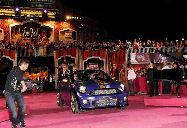 Pretul pentru care a fost adjudecat Mini Roadster la Life Ball 2012 este de 54.000 euro