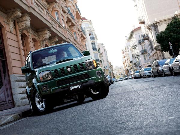 Faceliftul de 2012 aduce pentru Suzuki Jimny o grila noua si un spoiler redesenat