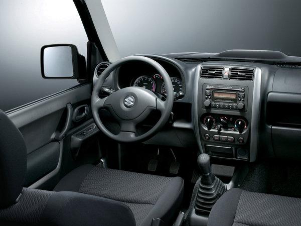 Plansa de bord a lui Suzuki Jimny facelift 2012 ramane aceeasi, dar s-a renuntat la motorul diesel