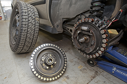 Statorul motorului electric e plasat in jurul tamburului, iar pe janta e plasat rotorul