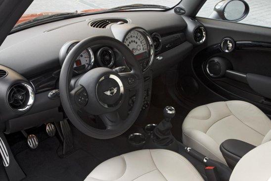 In interior, au fost redesenate comenzile pentru audio si climatizare, iar materialele sunt mai bune