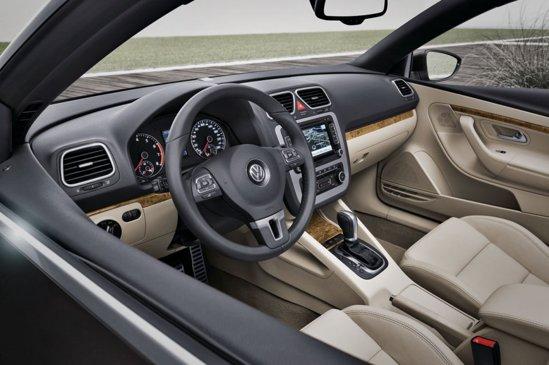 Interiorul lui Volkswagen Eos facelift ramane neschimbat ca design, dar e mai evoluat