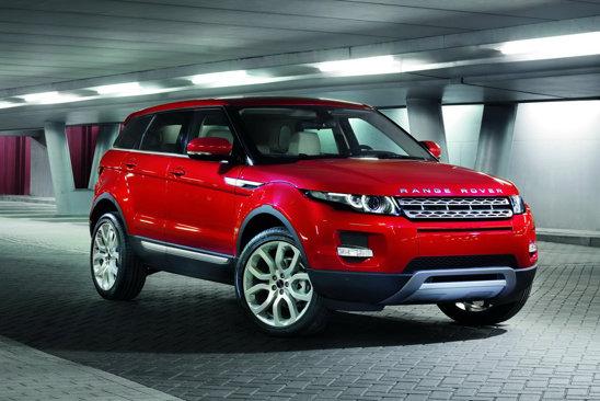 Versiunea in 5 usi a lui Range Rover Evoque are acelasi stil in partea frontala ca versiunea in 3 usi