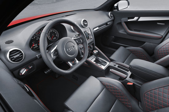 Interiorul lui Audi RS3 estenegru, cu scaune sport, avand cusaturi si lumini rosii