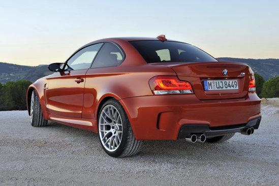 Modificarile estetice ale lui BMW Seria 1 M Coupe nu sunt exagerate, dar ii confera originalitate
