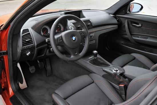 Interiorul lui BMW Seria 1 M Coupe nu este foarte diferit, avand unele tuse sportive