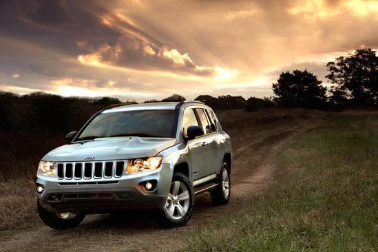 Jeep Compass este oferit cu un pachet Freedom Drive II, dotat cu CVT si reductor