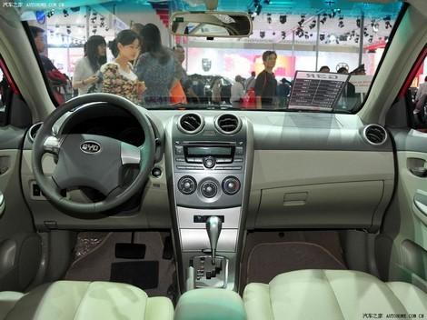 Interiorul lui BYD G3R arata foarte decent, fiind o evolutie fata de modelul F3