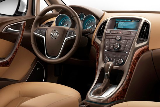 Interiorul lui Buick Verano pune accent pe lux, beneficiind de materiale evoluate