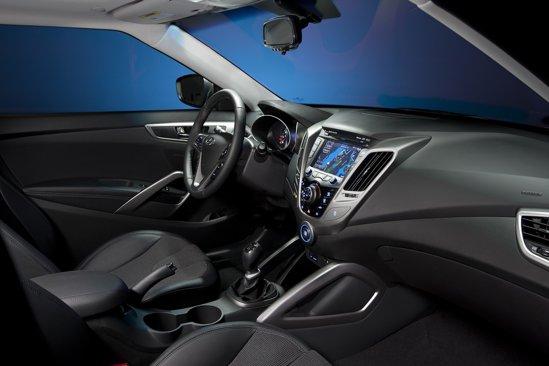 Hyundai Veloster are un interior avangardist si beneficiaza de sistemul integrat Blue Link