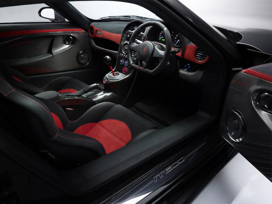 Interiorul lui Noble M600 este garnisit cu fibra de carbon si materiale scumpe