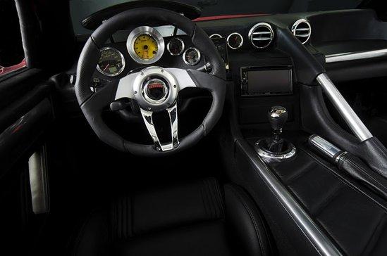 Interiorul lui Mach7 Falcon abordeaza tematica racing, dar este si luxos