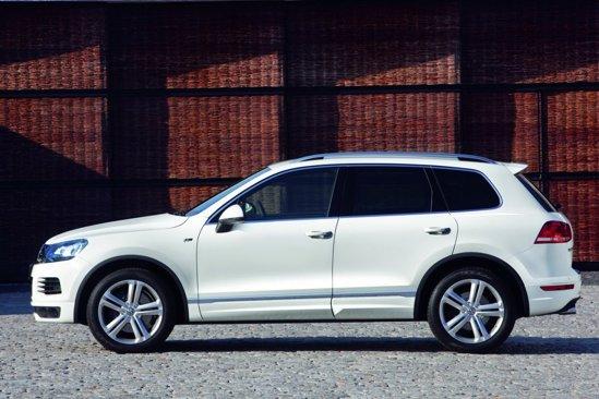 Pachetul R-Line Exterior de pe VW Touareg presupune spilere modificate si un eleron mai mare