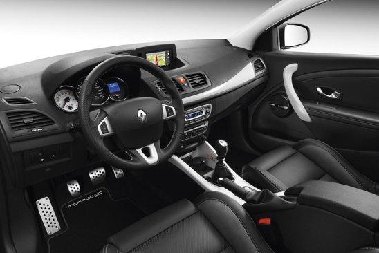 Interiorul lui Renault Megane Coupe Monaco GP are logo-uri si o placuta cu numarul de serie