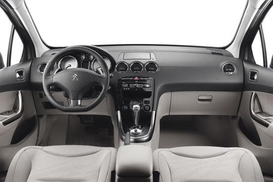 Interiorul lui Peugeot 308 facelift are acelasi design, dar presupune materiale mai bune