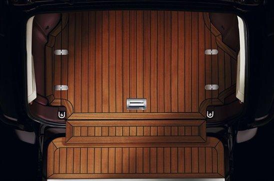 Portbagajul lui Range Rover Ultimate Edition este pavat cu lemn, in stil yacht